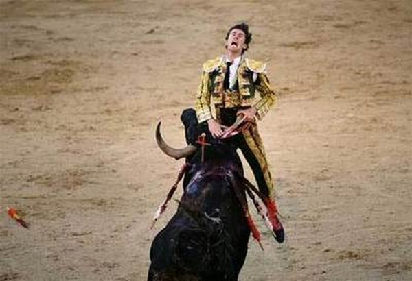 matador spain 01 Dramatic Moments When Matadors Get Gored by a Bull