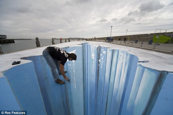 sidewalk artist 26 Extraordinary 3D Sidewalk Art Photos