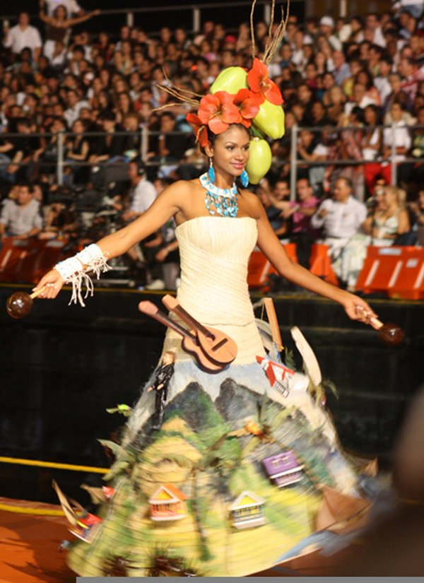 traditional costume competition 06 Traditional Gushing And Funny Costume Competition in Colombia