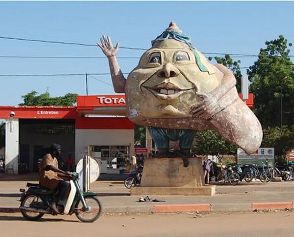 strangest statues in the world 01 Top 10 Weirdest Statues Ever Found