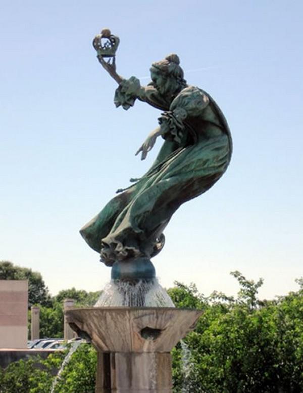 strangest statues in the world 05 Top 10 Weirdest Statues Ever Found
