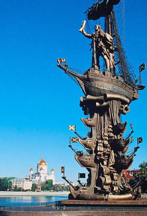 strangest statues in the world 08 Top 10 Weirdest Statues Ever Found