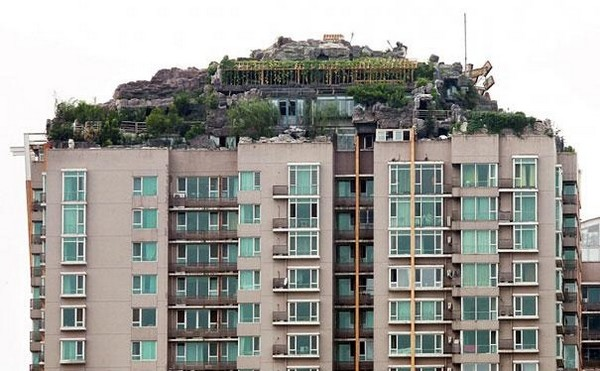 professor builds illegal mountain villa 01 Unbelievably   IIllegal Mountain Villa Atop 26 Story Building