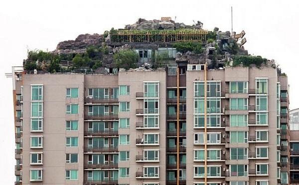 professor builds illegal mountain villa 01 Unbelievably   IIllegal Mountain Villa Atop 26 Story Building