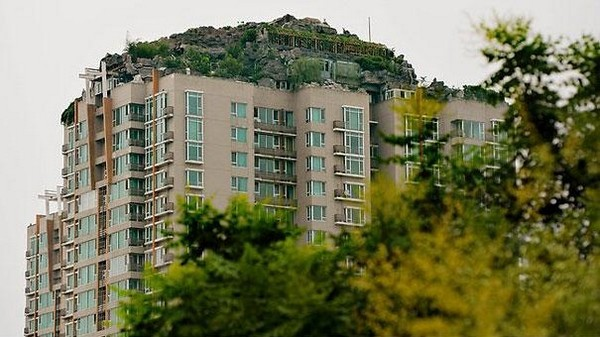 professor builds illegal mountain villa 02 Unbelievably   IIllegal Mountain Villa Atop 26 Story Building