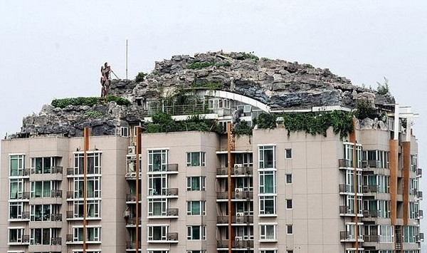 professor builds illegal mountain villa 07 Unbelievably   IIllegal Mountain Villa Atop 26 Story Building